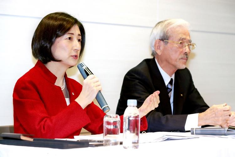 大塚家具の大塚久美子社長(=左。時事通信フォト)