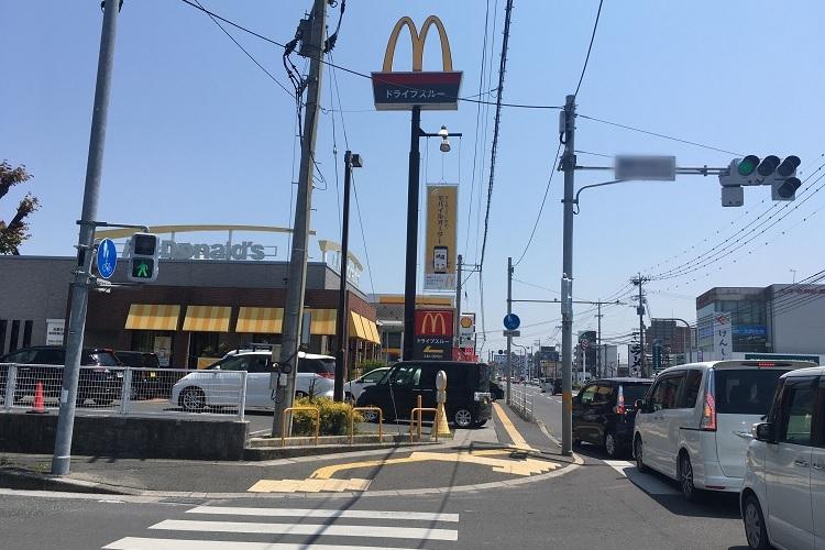 マクドナルドの店舗前で起こったドライブスルー渋滞。右手の車は全部左にウインカーを出している