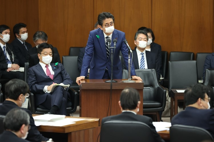安倍晋三首相(中央)と加藤勝信厚生労働相(左奥)(時事通信フォト)