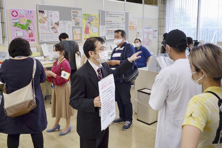 品川区役所のロビーは、マイナンバーカードの手続きに訪れた住民で大混乱(写真:共同通信社)