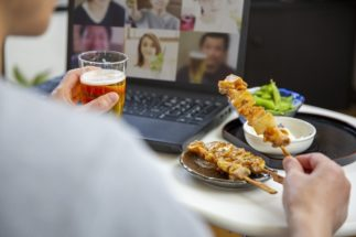 オンライン飲み会ならではの苦労は少なくない…(イメージ)