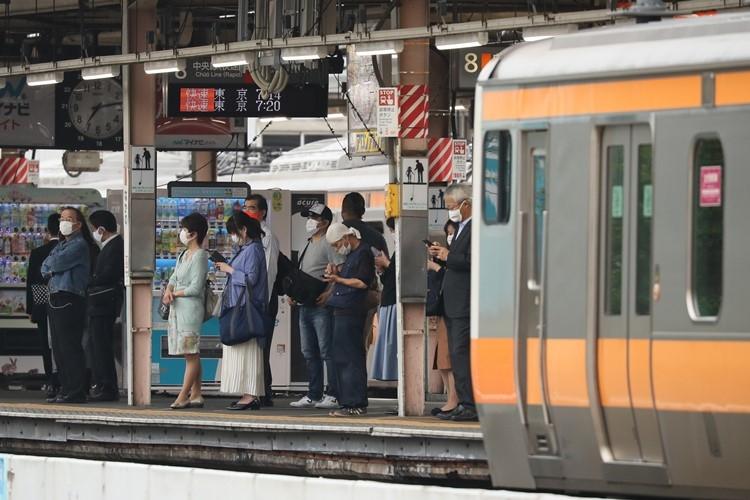東京に住む人たちに厳しい視線も(時事通信フォト)