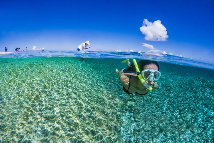 沖縄・西表島にある、奇跡の島と呼ばれるバラス島(C)沖縄観光コンベンションビューロー