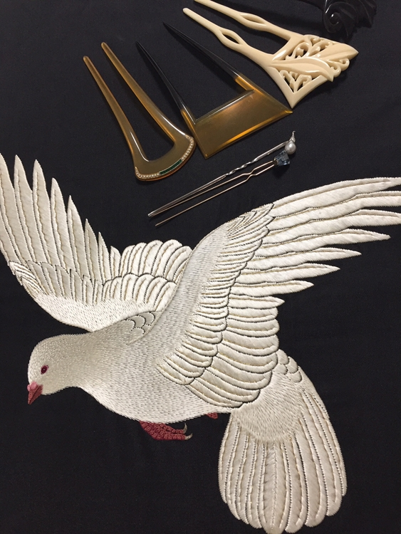 近藤サトさんがネットで購入した鳩の刺繡を施した黒繻子の帯とかんざし