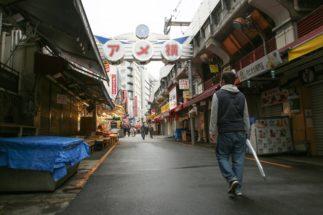 経済悪化のしわ寄せは姿勢の人々に(東京・上野。時事通信フォト)
