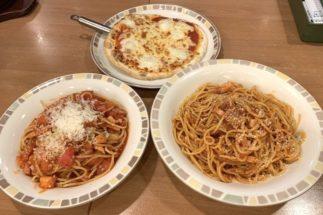 サイゼリヤの『マルゲリータピザ』(上)、『フレッシュトマトのスパゲティ』(下左)、『パルマ風スパゲティ(大盛り)』(下右)