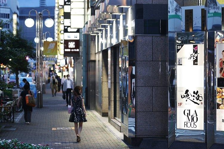スナックやナイトクラブなどが立ち並ぶ名古屋市内の歓楽街(時事通信フォト)
