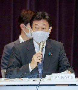 西村康稔大臣の立体的なマスクはどんな構造になっている?(時事通信フォト)