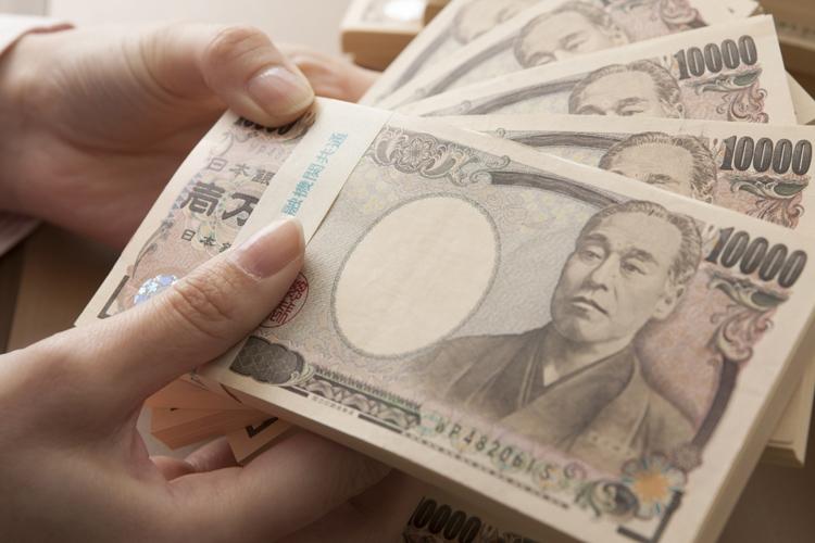 現金で預けておくと「預金封鎖」のリスクも(写真:アフロ)