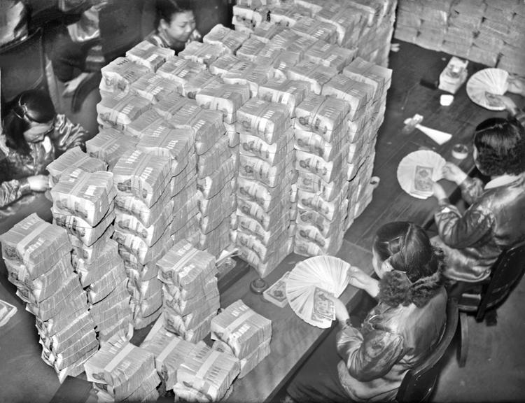 1946年の預金封鎖で新円に替える人々(共同通信社)