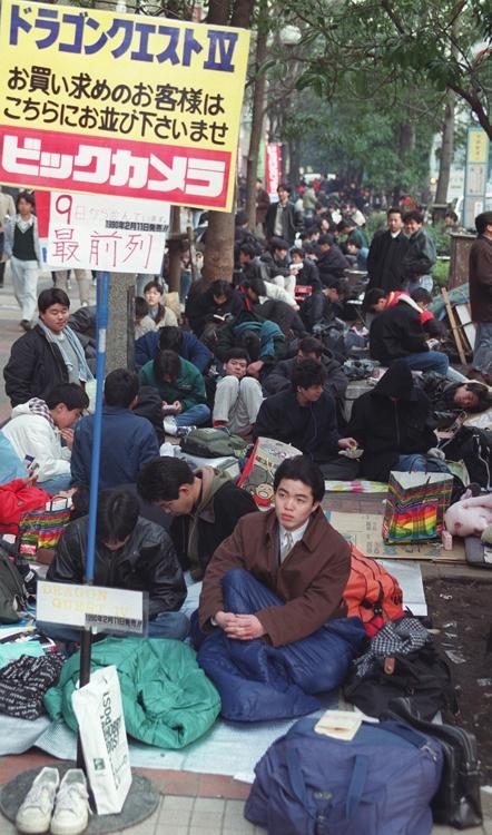 1990年『ドラゴンクエストIV』を求めて並ぶ人々