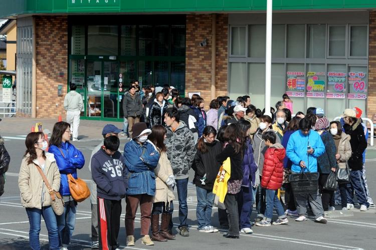 東日本大震災直後の非常時でも綺麗に並ぶ日本人は海外でも話題に(時事通信フォト)