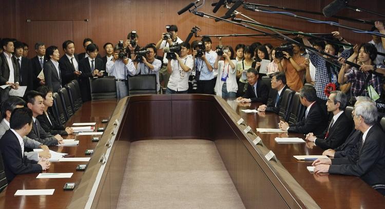JALの経営問題で主力取引銀行幹部(右側)からの意見聴取に臨む前原誠司・国交相(当時、左端。共同通信社)