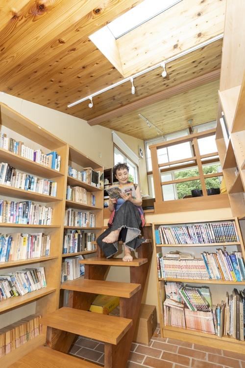 夫の藤本さんの蔵書が並ぶ書斎。天窓から光が降り注ぐ