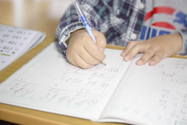 早生まれが子供の学力や将来の年収にどう影響するか(イメージ)