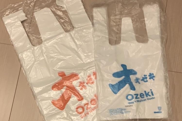 100枚セットで販売されたオオゼキのレジ袋(左Lサイズ、右Mサイズ)