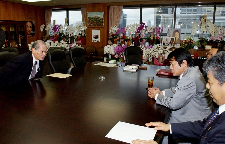 中川昭一・経産相(右)と会談するダイエーの高木邦夫社長(写真は2004年10月撮影、時事通信フォト)