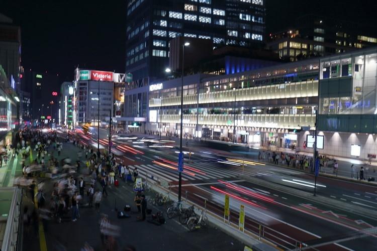 30分の終電繰り上げが様々な業界に影響を与える(新宿駅)