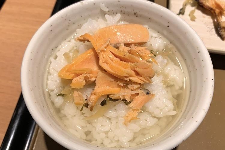 『銀鮭の塩焼定食』の鮭の身をだし茶漬けに投入
