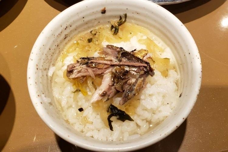 『さんまの塩焼と牛肉炒めの定食』を注文し、さんまの身をだし茶漬けにトッピング