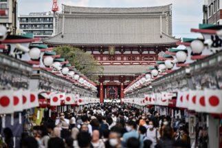 4連休中の観光地では大勢の人出で賑わった(東京・浅草。AFP=時事)