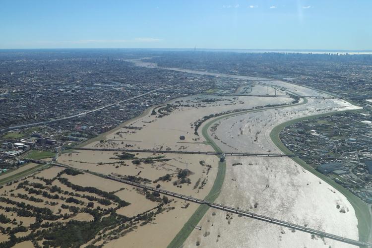 豪雨災害は河川に限らず海岸にも警戒を(2019年10月の台風19号で増水した東京・荒川。時事通信フォト)