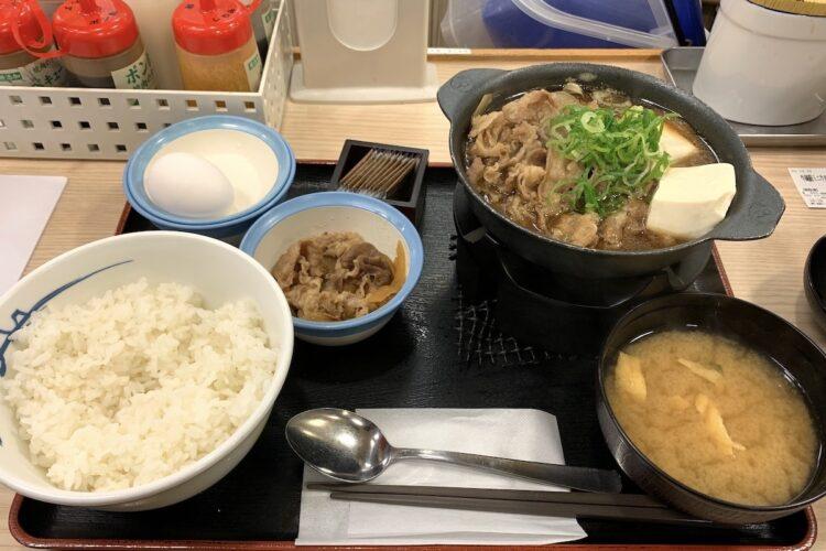 松屋の『牛鍋膳』。小鉢は「牛皿」