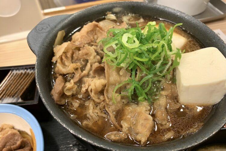 松屋の牛鍋に入っている具は牛肉、玉ねぎ、豆腐、青ネギ