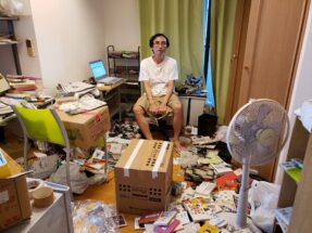 引っ越し作業が始まってモノの多さに呆然とする中川淳一郎氏