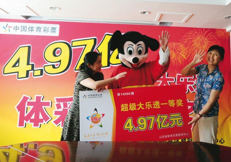 宝くじで約80億円当せんした中国人男性はミッキーマウス姿で記者会見(2014年、AFLO)