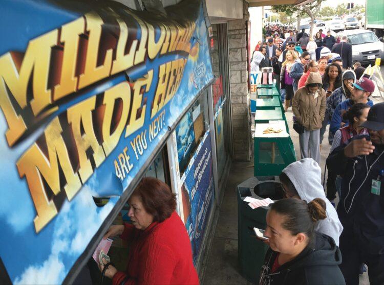 カリフォルニア州にある、宝くじ販売で有名な酒店「ブルーバード・リカー」。2016年に史上最高額の当せんが出た日には長蛇の列ができた(AP/AFLO)