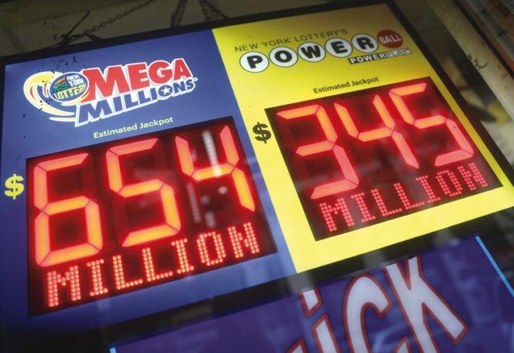 宝くじ売り場の電光掲示板には、繰り越しにより増えていく当せん額が表示され、購入意欲をかきたてる(Reuters/AFLO)