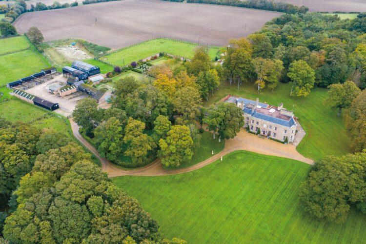 イギリスのエイドリアン・ベイフォード氏が、約200億円の当せん直後に購入した約23万坪の敷地を擁する歴史的建造物の邸宅(Splash/AFLO)