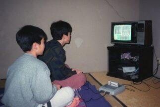 1990年代の子供たちはゲームの攻略法をどう入手していたか?(時事通信フォト)