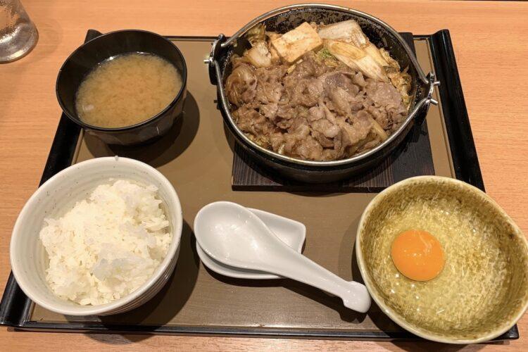大量の牛肉が盛られた『肉増・すき焼き定食』