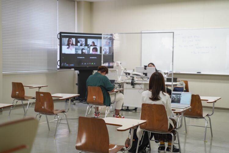 コロナ禍で評価を高めた大学は何が違ったのか?(対面とオンラインを組み合わせた講義を実施する様子、写真提供/立命館アジア太平洋大学)