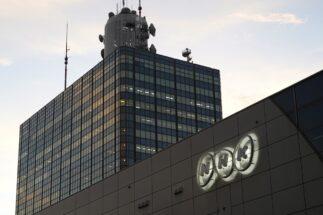 電波オークション導入なら、NHK受信料だけでなく携帯料金の引き下げも実現可能?(時事通信フォト)