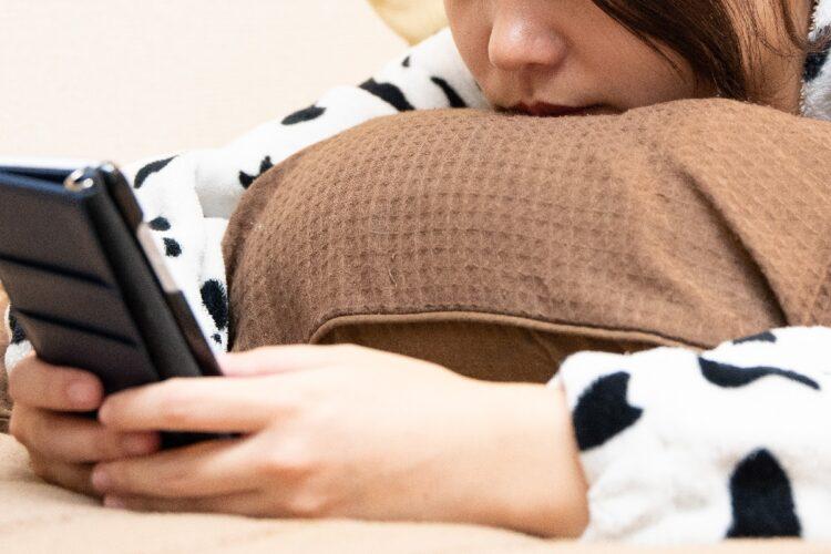 眠る前にどうしてもスマホをいじってしまう…(イメージ)