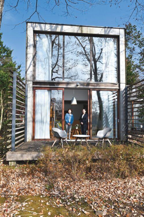 リゾナーレ那須の本館客室「デラックスメゾネット」。開放的なテラスは、ワーケーションにもぴったりのスペースがあり仕事効率も上がる