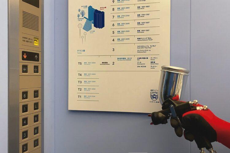 「新ノーマルビュッフェ」に取り入れられた抗ウイルスコーティングの塗布は、エレベーターでも実施。これでウイルスの感染能力が無力化する