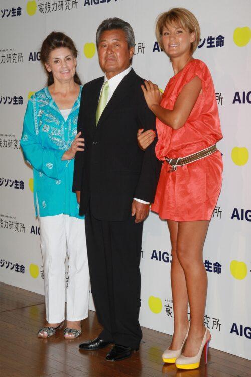 梅宮辰夫さんが亡くなって、母娘関係にも変化が訪れたという(左からクラウディアさん、辰夫さん、アンナ。2010年)