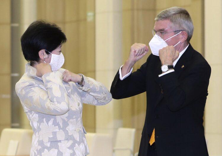 2021年の東京五輪は開催可能なのか(IOCのトーマス・バッハ会長=右と小池都知事、時事通信フォト)