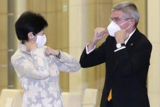 2021年の東京五輪は開催可能なのか(IOCのトーマス・バッハ会長(右)と小池都知事、時事通信フォト)