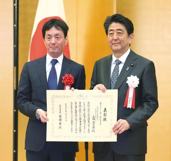 巨額資産を持つ若き社長たちが続々登場(左はメルカリCEO・山田進太郎氏、時事通信フォト)