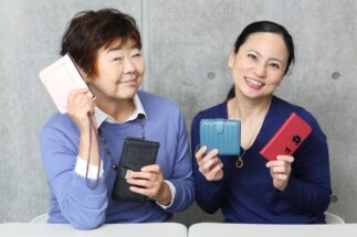 節約アドバイザーの丸山晴美さん(右)が「貯まる財布」の特徴を解説