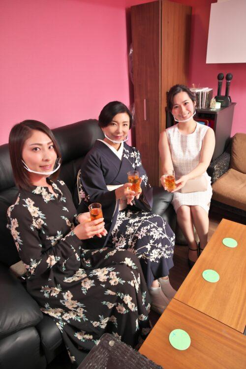 銀座の高級クラブは時短営業の要請をどう受け止めているのか(『ル・ジャルダン』、左からかほさん、明美ママ、小都乃さん)