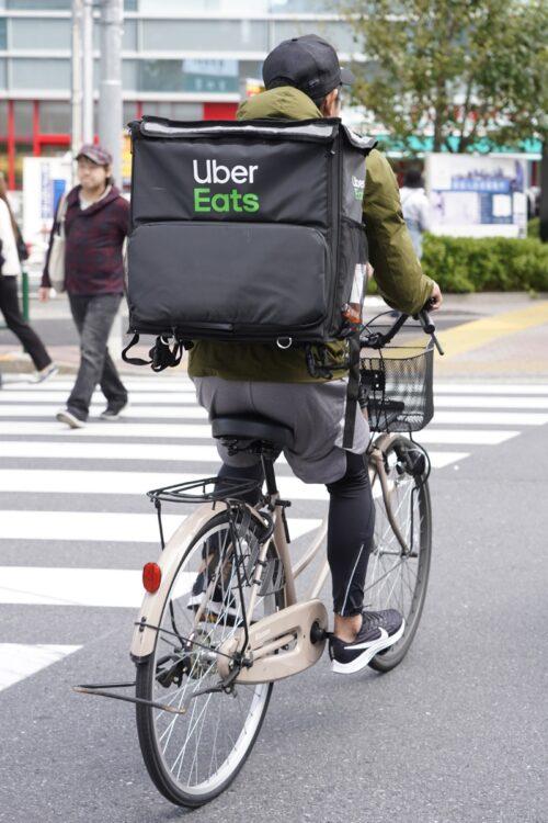 ウーバーイーツの専用バッグ盗難が相次いでいるという(イメージ、時事通信フォト)