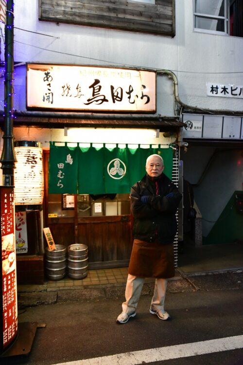 創業は1974年の居酒屋「鳥田むら」。昭和の雰囲気がほどよく刻まれた店内は居心地がよく、長年通い続けるファンも多い