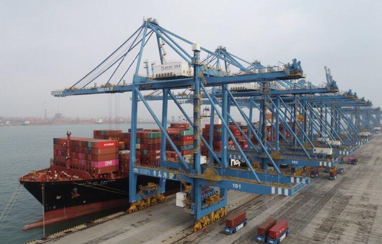 中国の輸出が急増している背景は?(青島港。Getty Images)