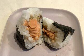 コンビニ3社「鮭ハラミおにぎり」を食べ比べ 高評価も納得の出来栄え